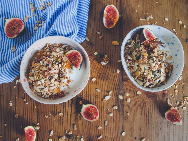 Recette // Comment réaliser un granola maison aux figues et abricots // Recipe - How to make an homemade fig apricot granola // A Cardboard Dream blog