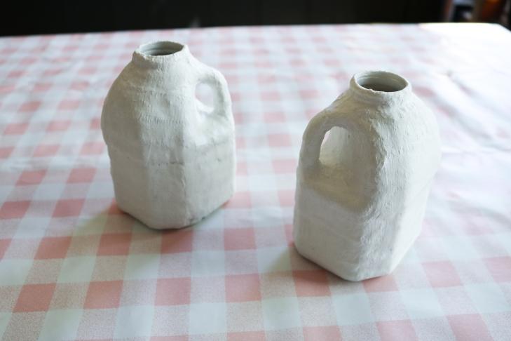 DIY // Comment faire des petits vases en bandelette de plâtre // How to turn milk bottles into pretty vases // A Cardboard Dream blog