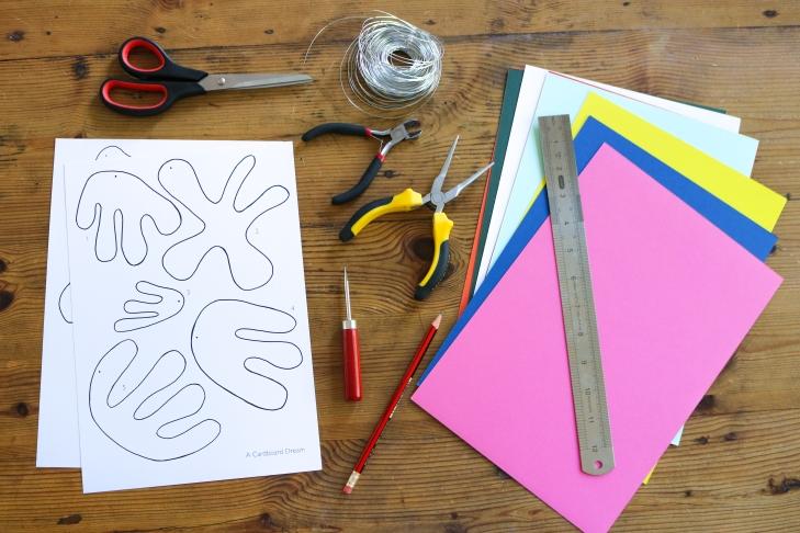 DIY // Réaliser un mobile en papiers découpés façon Matisse // How to make a paper mobile inspired by Matisse // A Cardboard Dream blog
